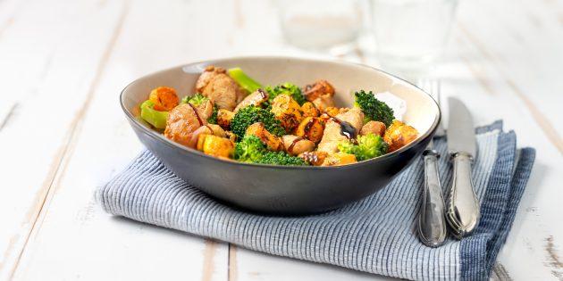 Острый салат с курицей, брокколи и маслинами