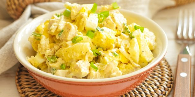 Как приготовить салат с ананасом, мясом, маринованными огурцами и сухариками