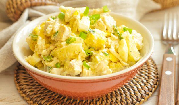 Пикантный салат с курицей, ананасами и зелёным луком