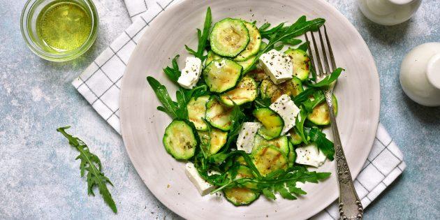 Салат с маринованными цукини, руколой, фетой и лимонной заправкой