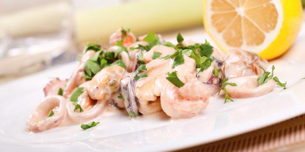 Жареные кальмары со сметаной и луком-пореем: простой рецепт