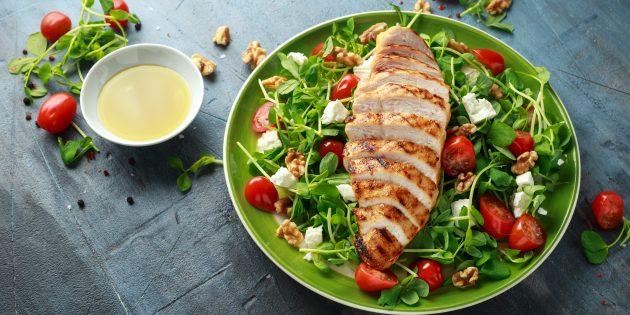 Меню на неделю при палеодиете: Полезный салат с курицей, овощами и сыром фета