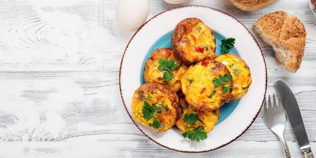 Мясные маффины с яйцами и овощами