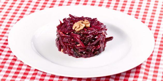 Салат из свёклы с черносливом, грецкими орехами и чесноком
