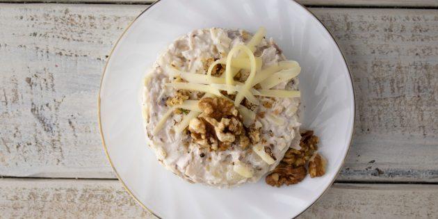 простой рецепт салата с рыбными консервами, яблоками и орехами