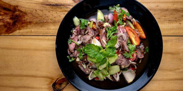 Тёплый салат с говядиной, помидорами, огурцами и лаймово-горчичной заправкой