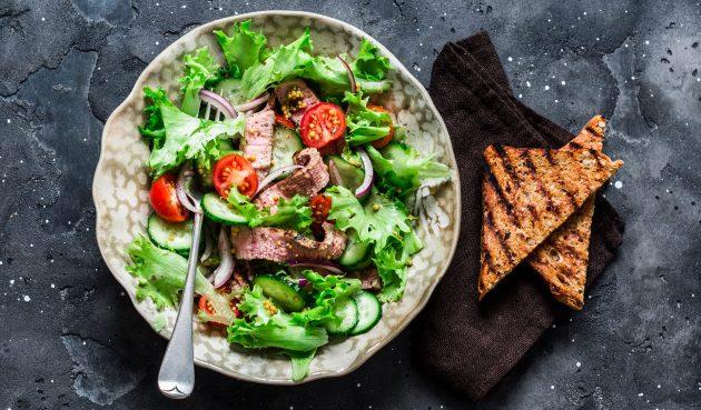 Тёплый тайский салат с говядиной и овощами