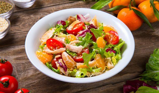 Диетический салат с курицей и мандаринами