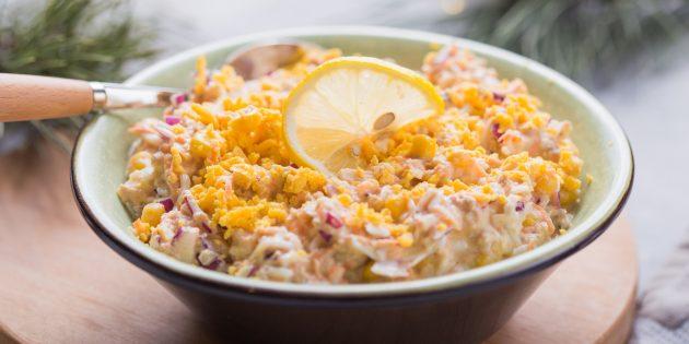 Салат с рыбными консервами, кукурузой и яйцами