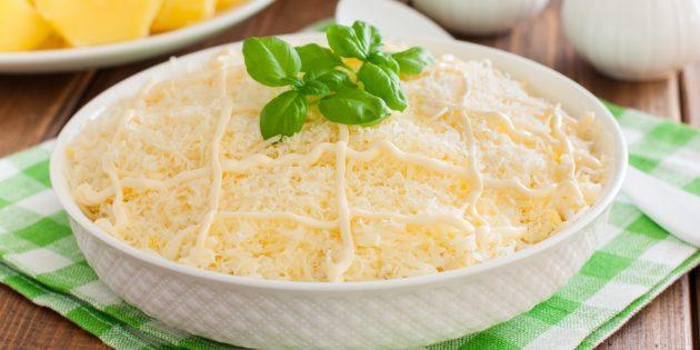 Салат с рыбными консервами, грибами и сыром: простой рецепт