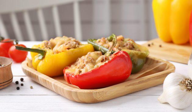 Запечённый перец, фаршированный сыром сулугуни и кедровыми орехами
