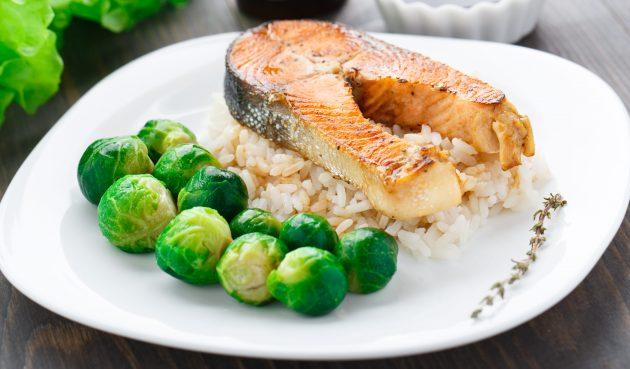 Запечённое филе лосося с рисом, брюссельской капустой и йогуртовым соусом
