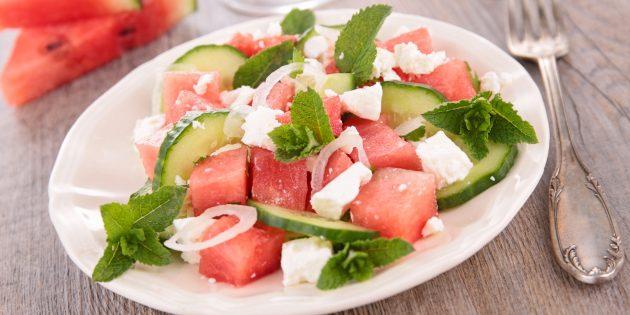Салат с арбузом, фетой, огурцом и медовой заправкой