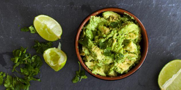 Простой салат с курицей и авокадо