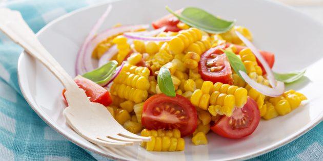 Салат с кукурузой, помидорами и луком