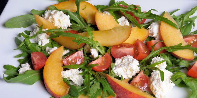 Салат с персиками, руколой, помидорами и козьим сыром