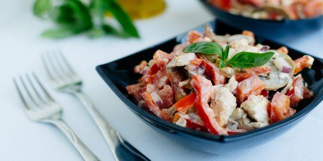 Салат с курицей, болгарским перцем, шампиньонами и яйцами: простой рецепт