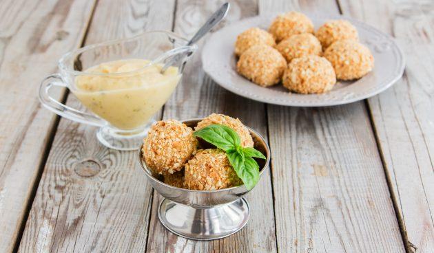 Сырные шарики с чесноком, беконом и орехами