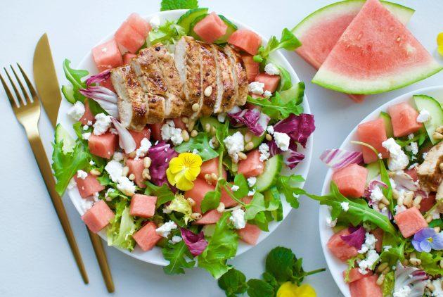 Салат с арбузом, фетой, курицей, орехами и медовой заправкой