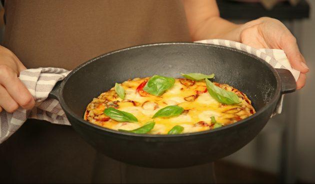 Пицца из батона на сковороде с фаршем, помидором и сыром