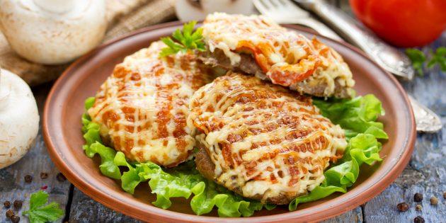 Мясо по-французски с грибами, картошкой и помидорами