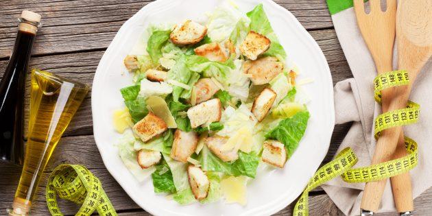 Диетический салат цезарь с курицей, яйцом и сыром
