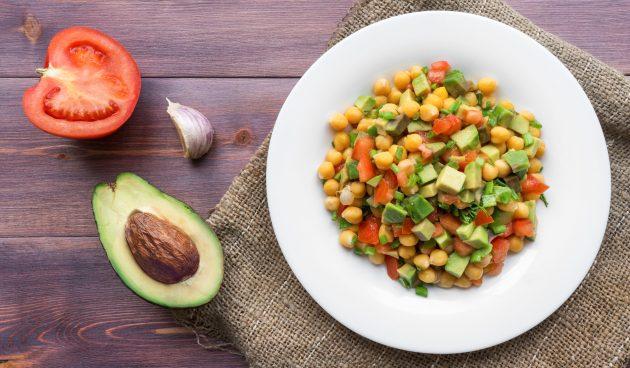 Диетический салат с авокадо, нутом и помидором