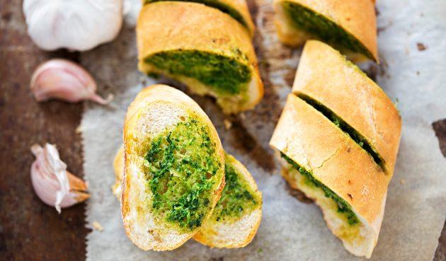 Чесночный хлеб на дрожжах с зеленью