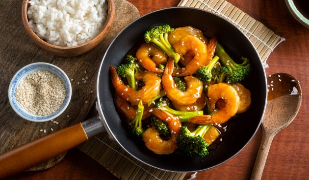 Креветки с брокколи в медово-чесночном соусе