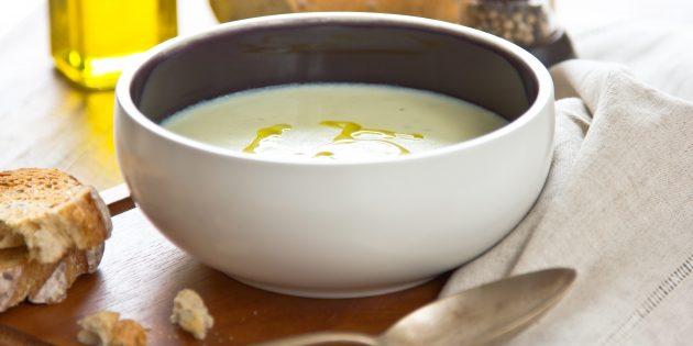 Суп-пюре из цветной капусты с чесноком на курином бульоне