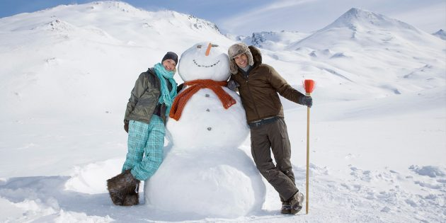 Зимние развлечения: лепка снеговиков