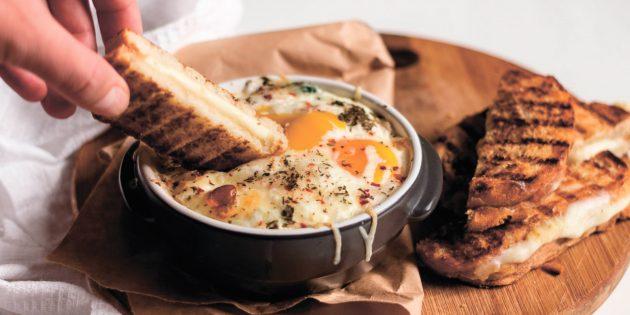 Кремообразная яичница с сырными тостами