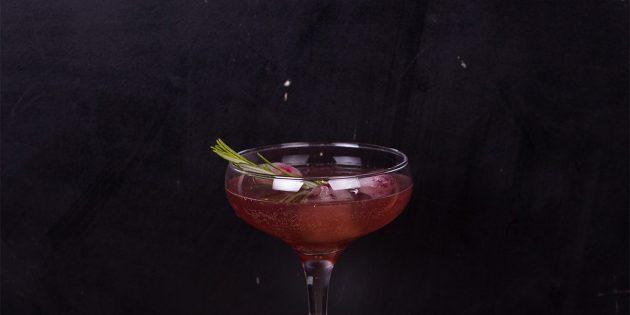 Гранатовый коктейль с шампанским и розмарином