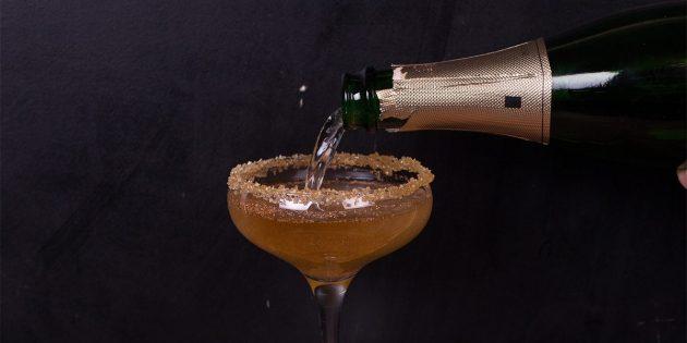 Яблочный коктейль с шампанским и пряностями