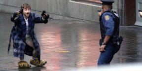 Дэниэл Рэдклифф в халате и с пистолетами в первом трейлере фильма «Безумный Майлз»
