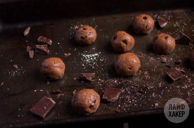 Чтобы приготовить протеиновые конфеты, скатайте небольшие шарики