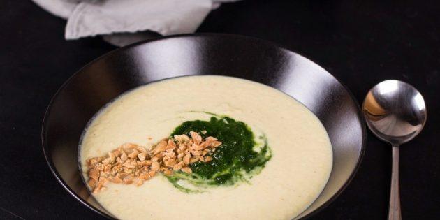 Суп-пюре из цветной капусты со шпинатом и арахисом