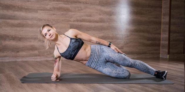Упражнения с боковой планкой: поставьте нижнюю ногу на колено