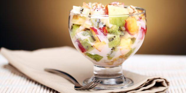 Фруктовый салат с йогуртом и печеньем