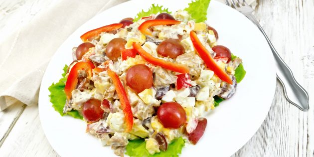 Салат с виноградом, перцем и сыром: простой рецепт