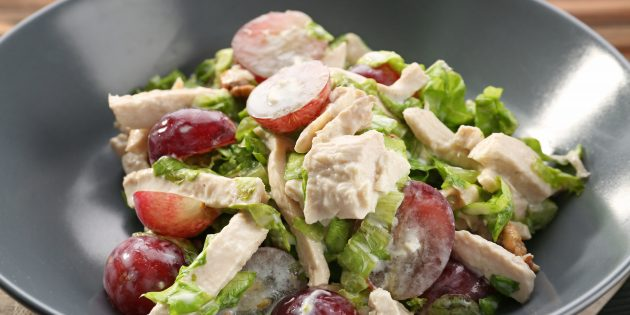 Салат с виноградом и курицей в сырно-сливочном соусе