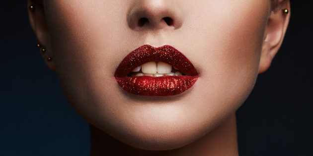 Макияж с блёстками для губ: используйте помаду с липким финишем