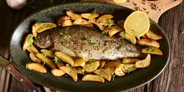 Как приготовить рыбу в духовке: форель с картошкой и чесноком