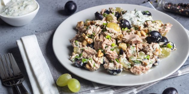 Простой рецепт салата с виноградом, тунцом и орехами