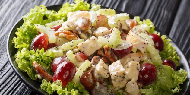 Простой рецепт салата с виноградом, курицей, сельдереем и маком