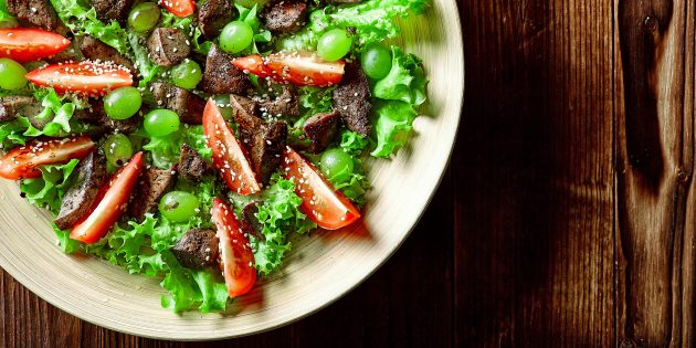 Как приготовить салат с виноградом, помидорами и печенью
