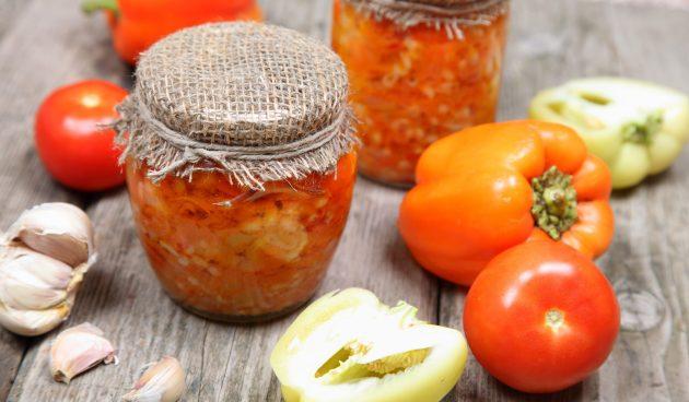 Салат из помидоров и перца на зиму с морковью и чесноком
