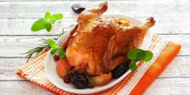 Фаршированная курица с яблоками и черносливом