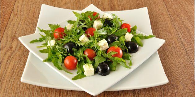 Салат с виноградом, руколой и сыром: простой рецепт