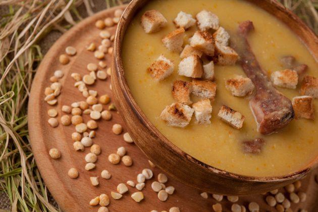 Гороховый суп-пюре с копчёными рёбрышками